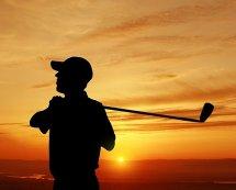 Gra w golfa - golfista w zachodzie słońca